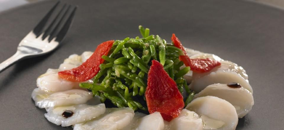 Carpaccio de St Jacques, poêlée de Salicornes au beurre d'échalote, lamelle de tomates confites / restaurant l'Armen.